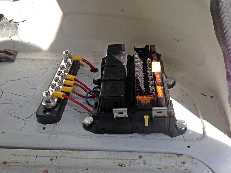 Rear fusebox and buzz bar
